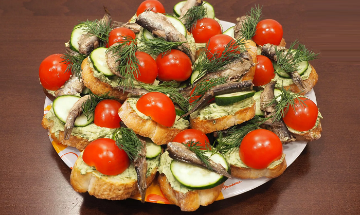 бутерброд шпроты огурец помидор