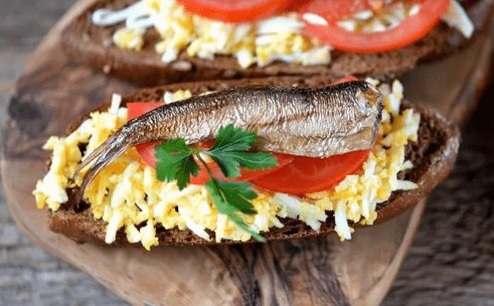 бутерброд шпроты помидор