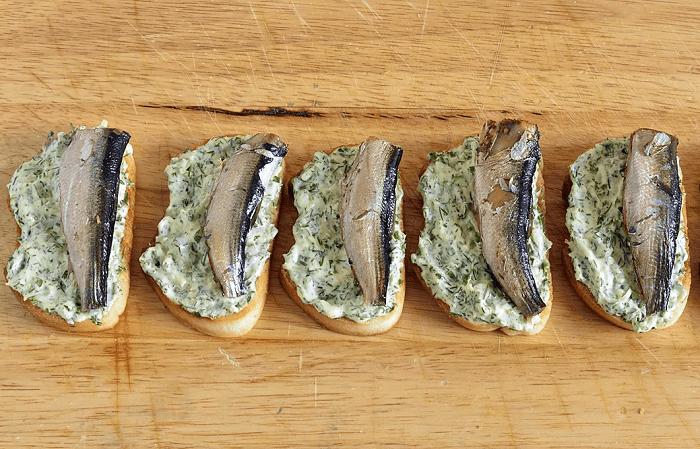 бутерброд шпроты сыр