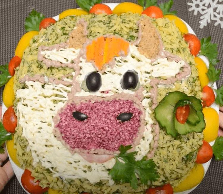 нарисованная корова на салате