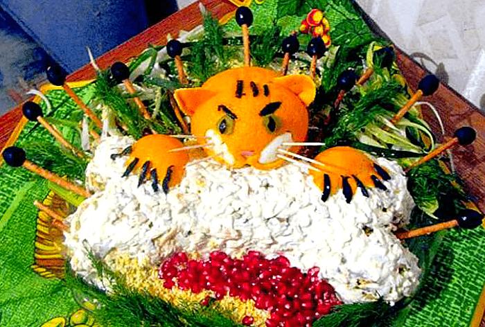 мандариновый тигр на новогоднем салате