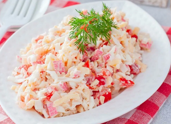 крабовый салат с сыром и помидором
