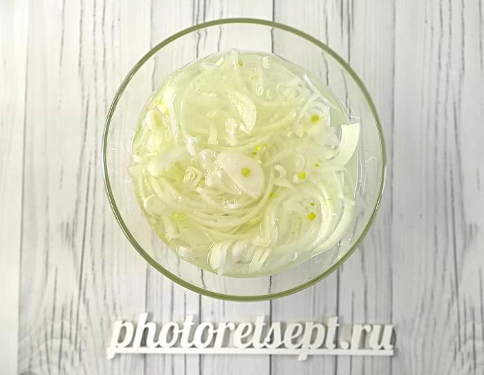 1 лук маринованный в чашке